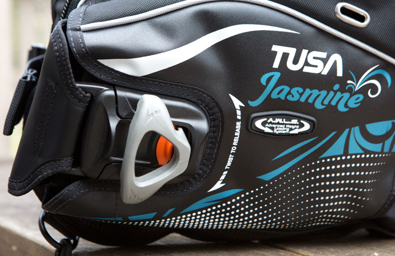 A closer look at the Jasmine's twist-lock release system