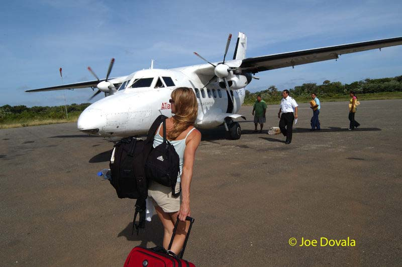 08_Walking to utila plane